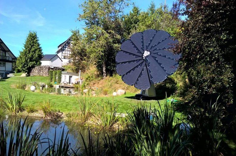 Солнечный цветок SmartFlower и батареи для хранения энергии