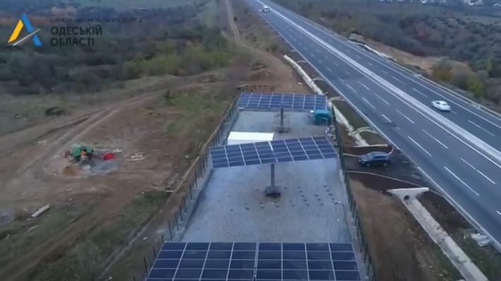 На трассе Киев-Одесса установили первую солнечную электростанцию для наружного освещения (видео)
